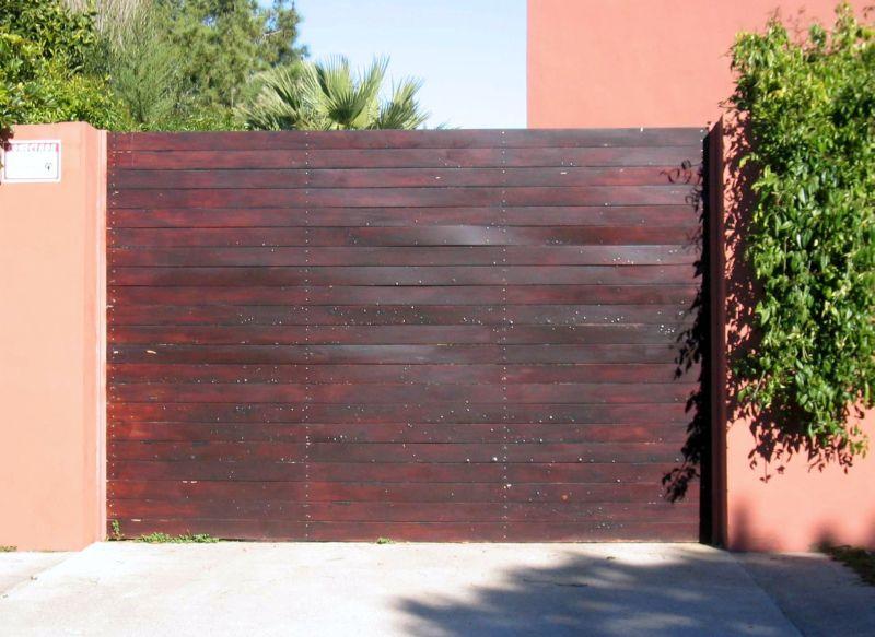 Puerta abatible con duelas de madera
