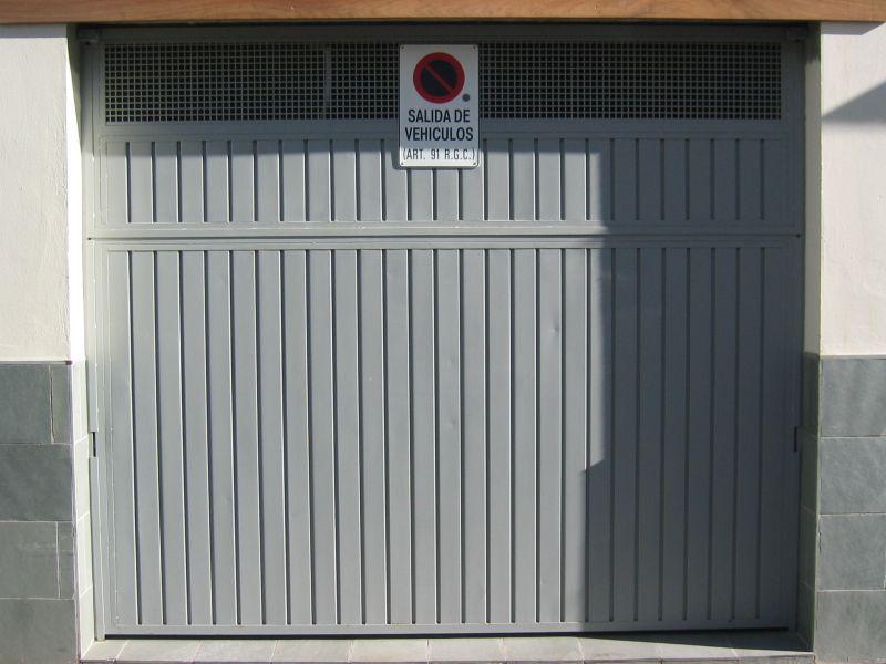 5 puerta basculante con rejilla lusan automatismos - Automatismo puerta basculante ...